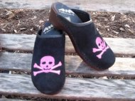 SKULL & CROSS BONES SUEDE CLOGS
