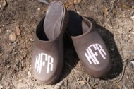 CREAM CIRCLE MONOGRAMMED BROWN LEATHER CLOGS